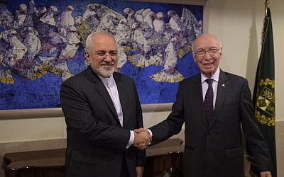 Pakistan's National Security Advisor Sartaj Aziz (R) shakes hands with Iranian Foreign Minister Javad Zarif at the Foreign Ministry in Islamabad on August 13, 2015. (AFP PHOTO / POOL / Aamir QURESHI)