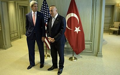 US Secretary of State John Kerry, left, and Turkey''s Foreign Minister Mevlut Cavusoglu wait for a meeting in Kuala Lumpur, August 5, 2015. (AFP/POOL/BRENDAN SMIALOWSKI)
