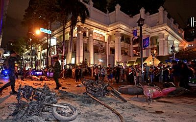Thai soldiers inspect the scene after a bomb exploded outside a religious shrine in central Bangkok late on August 17, 2015. (AFP Photo/Pornchai Kittiwongsakul)