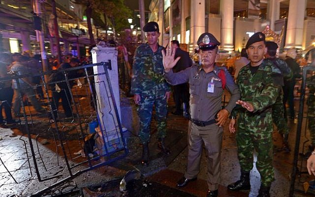 Thai soldiers and police stand guard after a bomb exploded outside a religious shrine in central Bangkok late on August 17, 2015. (AFP Photo/Pornchai Kittiwongsakul)