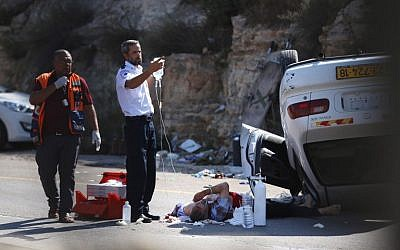 Israeli medics treat one of three soldiers wounded in a car attack at a junction in the West Bank on August 6, 2015. (AFP PHOTO/STR)