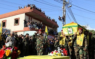 Members of Lebanon's Shiite movement Hezbollah carry the coffin of a comrade who was killed in combat alongside Syrian government forces fighting against Islamic State group jihadists in Syria. (AFP PHOTO / MAHMOUD ZAYYAT)