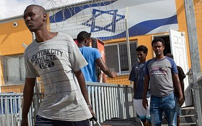 African illegal migrants carry their belongings following their release from the Holot Detention Centre in Israel's Negev desert, on August 25, 2015. (AFP PHOTO/MENAHEM KAHANA)