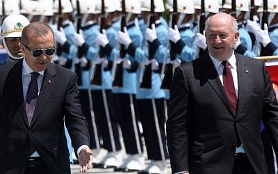 Turkish President Recep Tayyip Erdogan (L) and Australian Governor-General Sir Peter Cosgrove (R) review an honour guard during an official welcoming ceremony at the Presidential Palace in Ankara on August 4, 2015.  (AFP PHOTO / ADEM ALTAN)