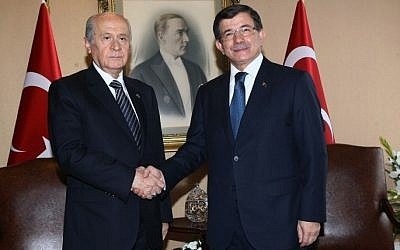 Turkey's Prime Minister Ahmet Davutoglu, right, shakes hands with Nationalist Movement Party opposition leader Devlet Bahceli during coalition talks in Ankara, August 17, 2015. (AFP/ADEM ALTAN)