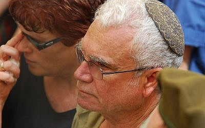 Tzvi Regev, father of IDF soldier Eldad Regev, mourns during Eldad's funeral in Haifa, July 17, 2008. (Gili Yaari/Flash 90)