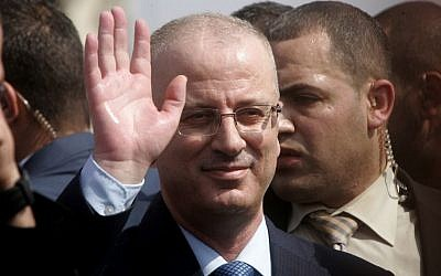 Palestinian Authority Prime Minister Rami Hamdallah waves during a visit to Beit Hanun in the northern Gaza Strip, October 9, 2014. (Rahim Khatib/Flash90)