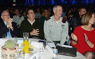 President Reuven Rivlin (left), with Defense Minister Moshe Ya'alon (second left), outgoing IDF chief of staff Benny Gantz (second right), and his wife (right) seen during a farewell ceremony in honor of Gantz in Tel Aviv, February 15, 2015. (Amos Ben Gershom/GPO)