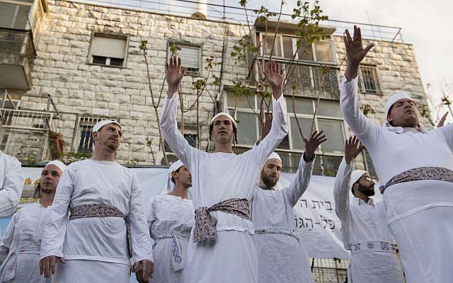 Jewish men and women attend a Passover Sacrifice in Jerusalem on March 30, 2015 Danielle Shitrit/Flash90