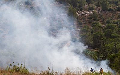 A fire rages between Tzur Hadassah and the West Bank settlement of Beitar Illit area on August 2, 2015. (Nati Shohat/Flash90)