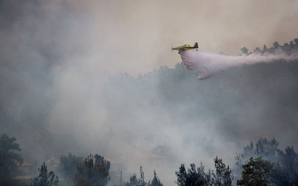 Israeli firefighter airplanes try to extinguish a large fire raging in Even Sapir, outside of Jerusalem, on August 2, 2015. (Yonatan Sindel/Flash90)
