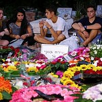 Friends of Shira Banki mourn at her grave after her funeral on August 3, 2015. 16-year-old Banki was stabbed and critically wounded while participating in the Jerusalem Gay Pride Parade on July 31. Banki passed away on August 2, 2015. (Flash90)