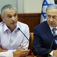 Prime Minister Benjamin Netanyahu and Finance Minister Moshe Kahlon attend the weekly cabinet meeting in Jerusalem on August 5, 2015. (Marc Israel Sellem/Flash90/Pool)