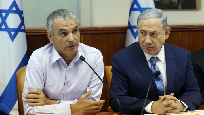 Prime Minister Benjamin Netanyahu and Finance Minister Moshe Kahlon attend the weekly cabinet meeting in Jerusalem