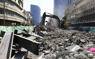 Construction workers clear rubble following the destruction of the Maariv bridge in Tel Aviv on Friday August 21, 2015. (Tomer Neuberg/Flash90)
