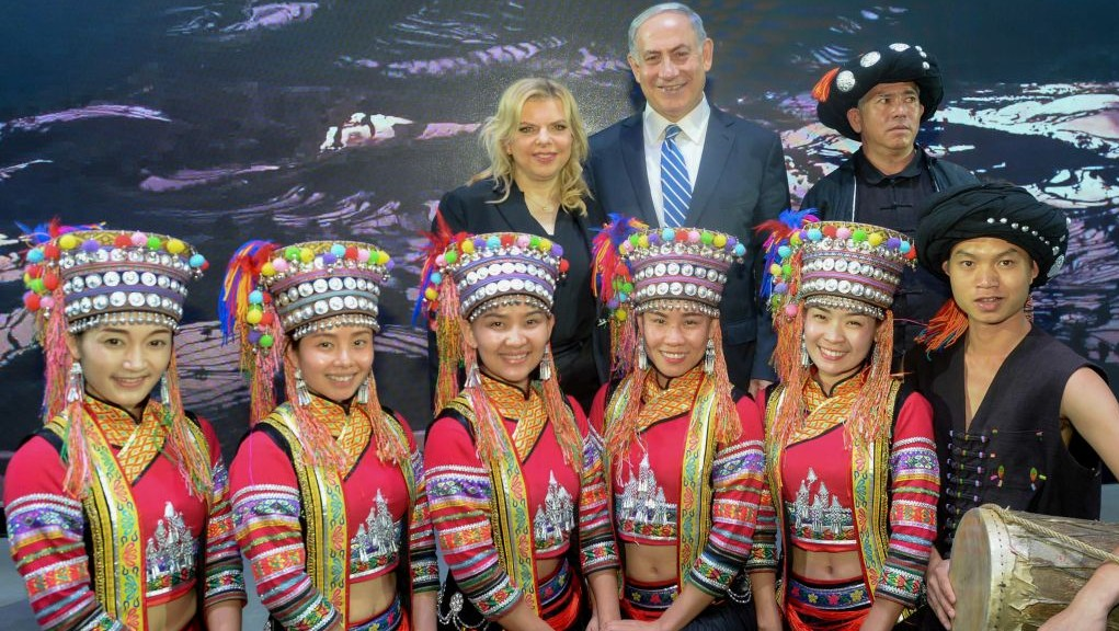 Mrime Minister Benjamin Netanyahu and his wife Sara pose for a picture during a visit at the Expo Milano 2015, in Milan, Italy on August 27, 2015. (Photo by Kobi Gideon / GPO)