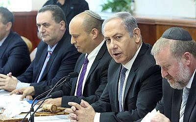 Prime Minister Benjamin Netanyahu (2R) leads the weekly cabinet conference at the Prime Minister's Office in Jerusalem on August 31, 2015. (Marc Israel Sellem/POOL)