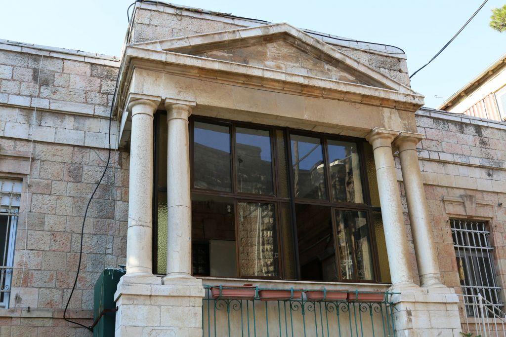 Romema's Kurdistani synagogue and apartments (Shmuel Bar-Am)