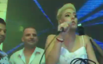 Annette and Lior Solomon thank the crowd who spontaneously attended their wedding, saving the big day, on Monday, August 3, 2015. (screen capture: Ynet)