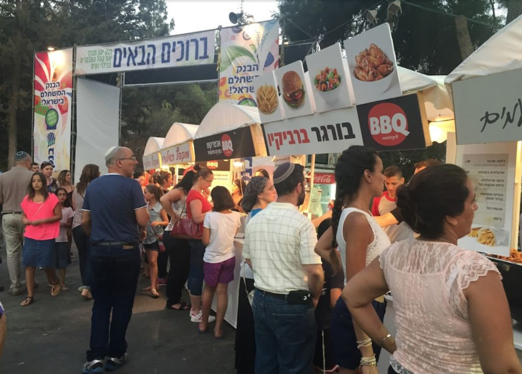 Hungry fair-goers lined up at the International Food Court at Jerusalem's Hutzot Hayotzer fair, from August 2-15, 2015. (Zahava Presser/The Times of Israel)