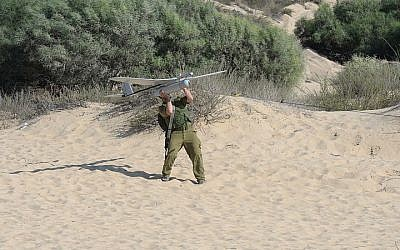 An IDF soldier from the Artillery Corps launches an Elbit Skylark 1, known in the IDF as a Sky Rider, during Operation Protective Edge in late 2014. (CC BY-SA2.0 Matanya/Wikipedia)