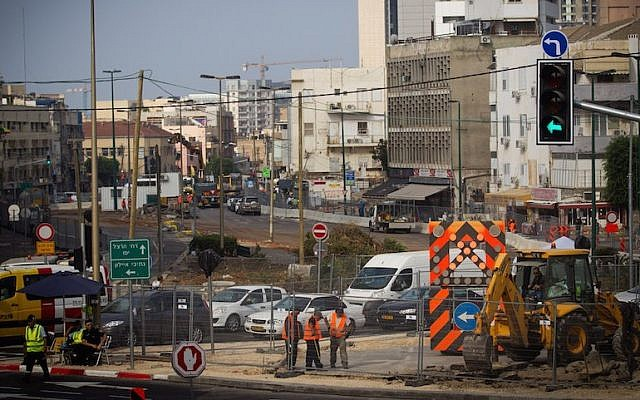 Light rail construction taking place at the intersection of Allenby and Yehuda Halevi streets in Tel Aviv, Aug. 4, 2015. (Miriam Alster/Flash90)