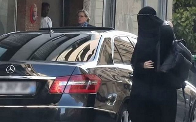 A woman believed to be supermodel Gisele Bundchen arrives at a Paris clinic dressed in a burqa for plastic surgery (YouTube screen capture)