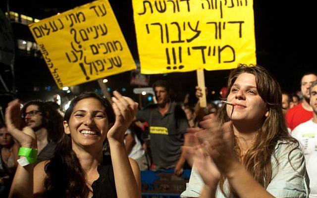 Daphni Leef (right) demonstrating in Tel Aviv for affordable housing, September 3, 2011. (Jorge Novominsky/ Flash90)