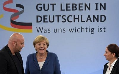 German chancellor Angela Merkel (C) attends a meeting with inhabitants, a so-called 'citizen dialog', on August 25, 2015 in Duisburg. (AFP PHOTO / FEDERICO GAMBARINI)