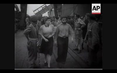 British troops transfer newly-arrived refugees onto ships heading back to Cyprus in 1946 (Screenshot of newsreel footage from YouTube)