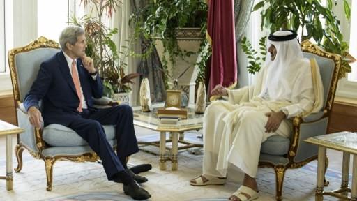 Qatar's Emir Sheikh Tamim bin Hamad al-Thani talks with US Secretary of State John Kerry before their meeting at the Diwan Palace on August 3, 2015 in Doha. (AFP PHOTO / BRENDAN SMIALOWSKI / POOL)