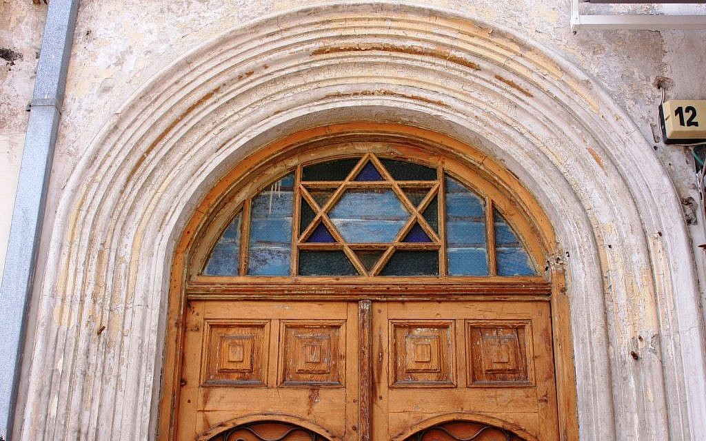 Entrance to No. 12 Nahalat Binyamin (Shmuel Bar-Am)