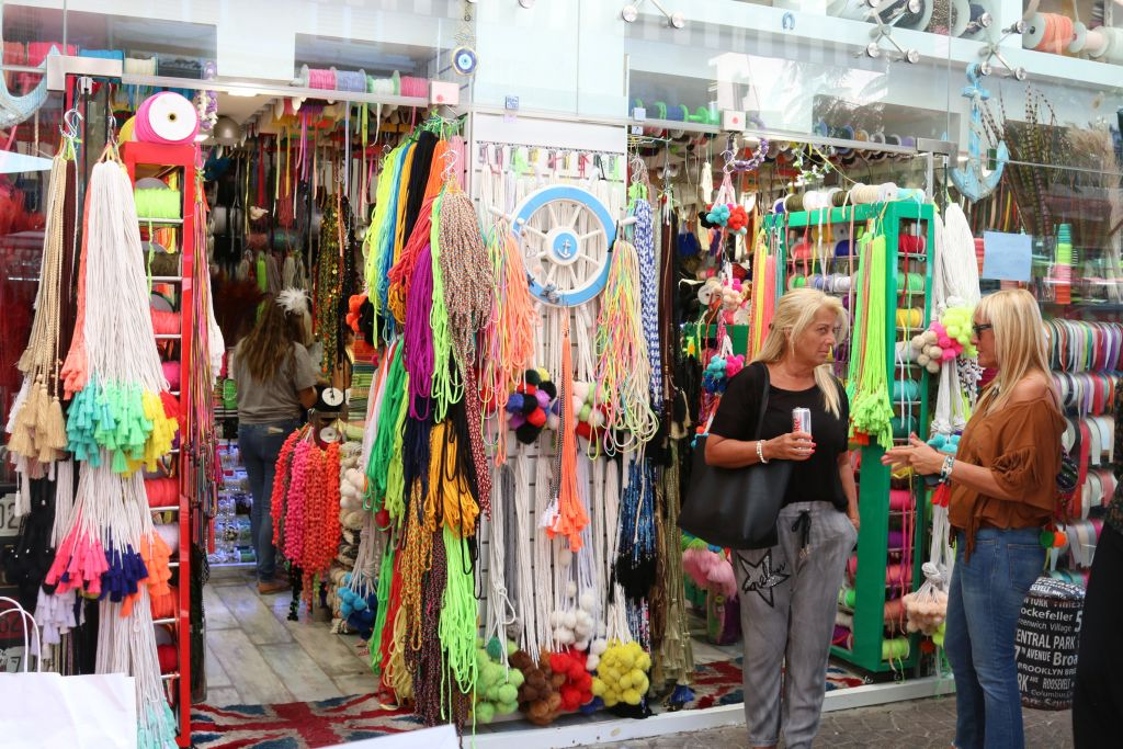Shopping at the outdoor Nahalat Binyamin art fair, Tel Aviv (Shmuel Bar-Am)