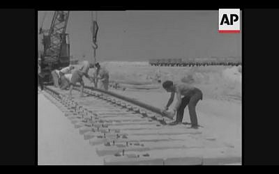Workers build a railway from the Gulf of Aqaba to the Mediterranean in the 1950s (Screenshot of newsreel footage from YouTube)