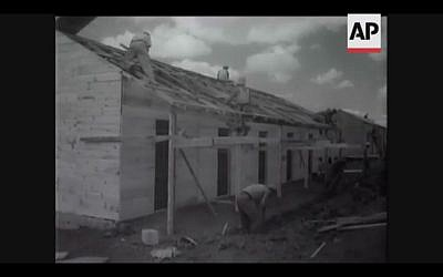 Jewish settlers build houses near Kastina in 1946 (Screenshot of newsreel footage from YouTube)