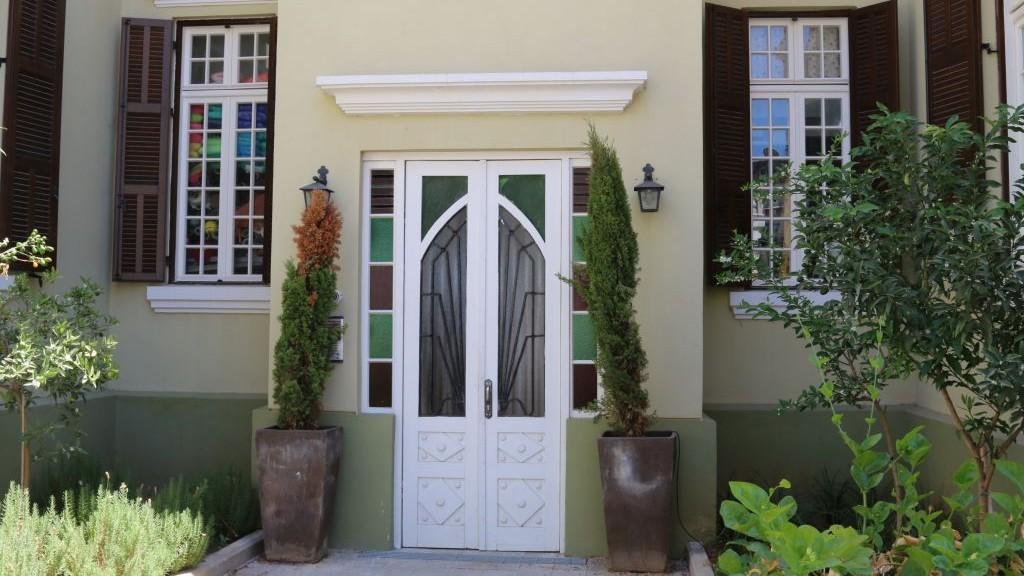 Entrance to the Palm Tree House, Nahalat Binyamin (Shmuel Bar-Am).