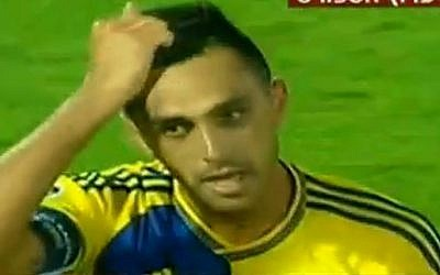 Eran Zahavi gestures after Maccabi Tel Aviv draws 1-1 with FC Basel at the Bloomfield Stadium and goes through to the next round of the UEFA Champions League,  on August 25, 2015. (screen capture: Channel 2)