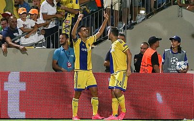 Maccabi Tel Aviv's Eran Zahavi (left) celebrates a goal during the UEFA Champions League play-off round second leg soccer match against Switzerland's FC Basel at the Bloomfield Stadium in Tel Aviv on August 25, 2015. (Yonatan Sindel/Flash90)