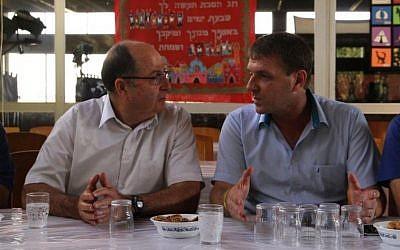 Defense Minister Moshe Ya'alon visits Kibbutz Sa'ad in southern Israel on September 29, 2015. (Rafi Babian/Defense Ministry Spokesperson)