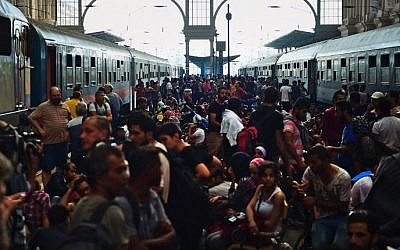Migrants and refugees crowd the platforms at the Keleti (eastern) railway station in Budapest on September 1, 2015. (Attila Kisbenedek)