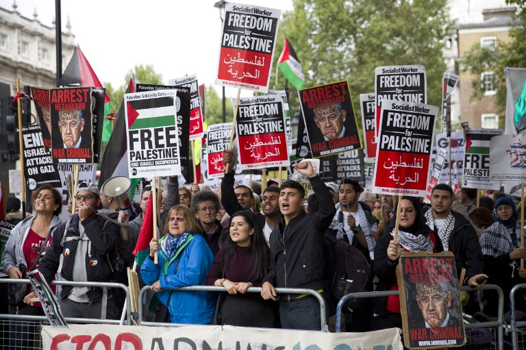 Pro-Palestinian demonstrators shout slogans as they gather to a protest outside the gates of Downing Street in London on September 9, 2015 opposing a planned visit of Israeli Prime Minister Benjamin Netanyahu. (AFP PHOTO / JUSTIN TALLIS)