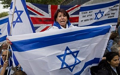 Pro-Israeli demonstrators carry the Israeli flag as they rally in support of the planned visit of Israeli Prime Minister Benjamin Netanyahu outside the gates of Downing Street in London on September 9, 2015. (AFP PHOTO / JUSTIN TALLIS)