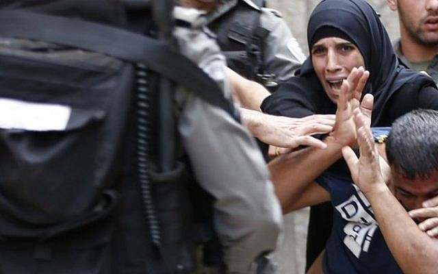 Palestinian Muslims scuffle with Israeli riot police after security forces blocked a road leading to the Al-Aqsa mosque compound in Jerusalem's Old City on September 14, 2015. (AFP PHOTO/AHMAD GHARABLI)