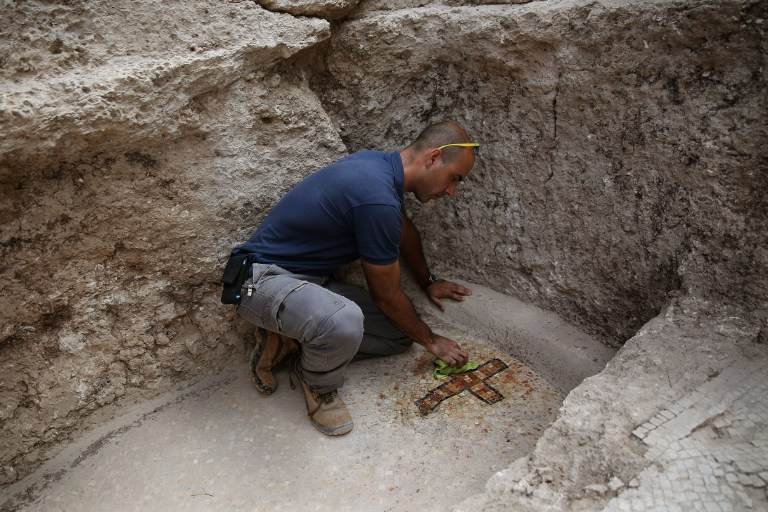 Israeli archeologist Dan Shachar, of the Israel Antiquities Authority, works on September 21, 2015 at the site of excavations where a large Mausoleum was recently uncovered located a short distance from the central Israeli city of Modiin. In recent weeks the Israel Antiquities Authority, together with local residents and young people, has been conducting an unusual archaeological excavation in search of the real location of the Tomb of the Maccabees. (AFP PHOTO/GALI TIBBON)