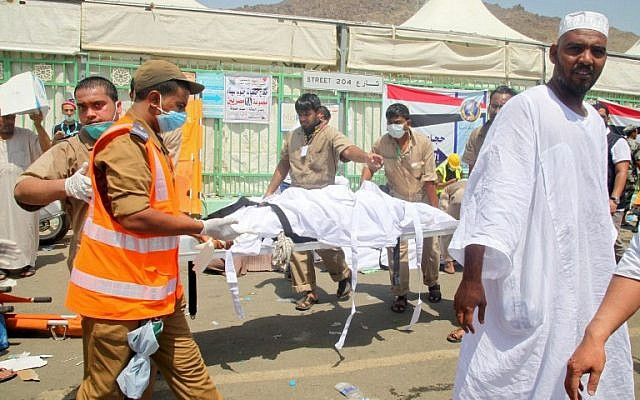 Saudi emergency personnel transport a body on a stretcher at the site where at least 450 were killed and hundreds wounded in a stampede in Mina, near the holy city of Mecca, at the annual hajj in Saudi Arabia on September 24, 2015.(AFP PHOTO / STR)