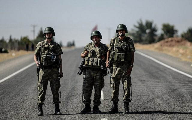 Illustrative image of Turkish soldiers standing guard near the Turkish-Syrian border, on September 4, 2015. (AFP/Ozan Kose)