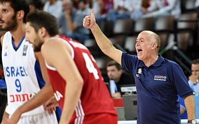 Israel's basketball national team head coach Erez Edelstein (R) thumbs up during the group A qualification basketball match between Israel and Russia at the EuroBasket 2015 in Montpellier on September 05, 2015. (AFP Photo/Pascal Guyot)