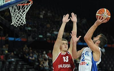 Israel's Yogev Ohayon (R) vies with Russia's Dmitry Khvostov (L) during the group A qualification basketball match between Israel and Russia at the EuroBasket 2015 in Montpellier on September 5, 2015. (AFP Photo/Sylvain Thomas)