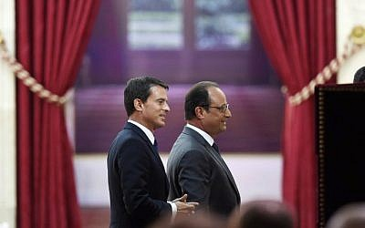 French president Francois Hollande (R) and French Prime Minister Manuel Valls (L) leave a bi-annual press conference on September 7, 2015 at the Elysee presidential palace Paris. (AFP Photo/Alain Jocard)