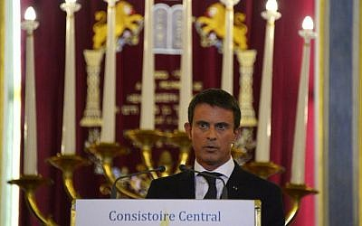 French Prime Minister Manuel Valls delivers a speech at the Nazareth synagogue in Paris as part of the French government's greetings to the Jewish community ahead of the Jewish New Year, on September 8, 2015. (AFP Photo/Bertrand Guay)